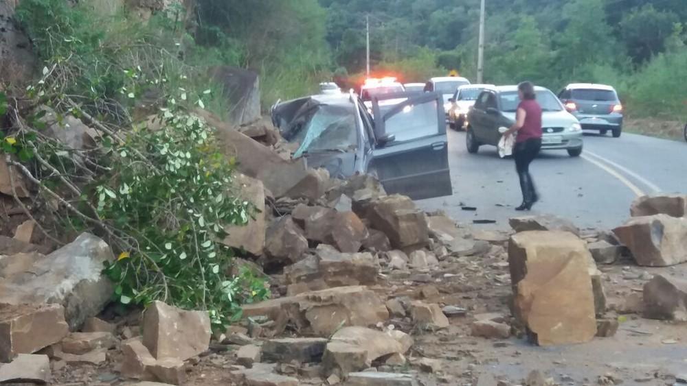 Família sai de carro após criança passar mal e se salva de desmoronamento na SC-340 em Dona Emma