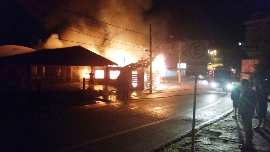 Fogo destrói casa no centro de Ituporanga