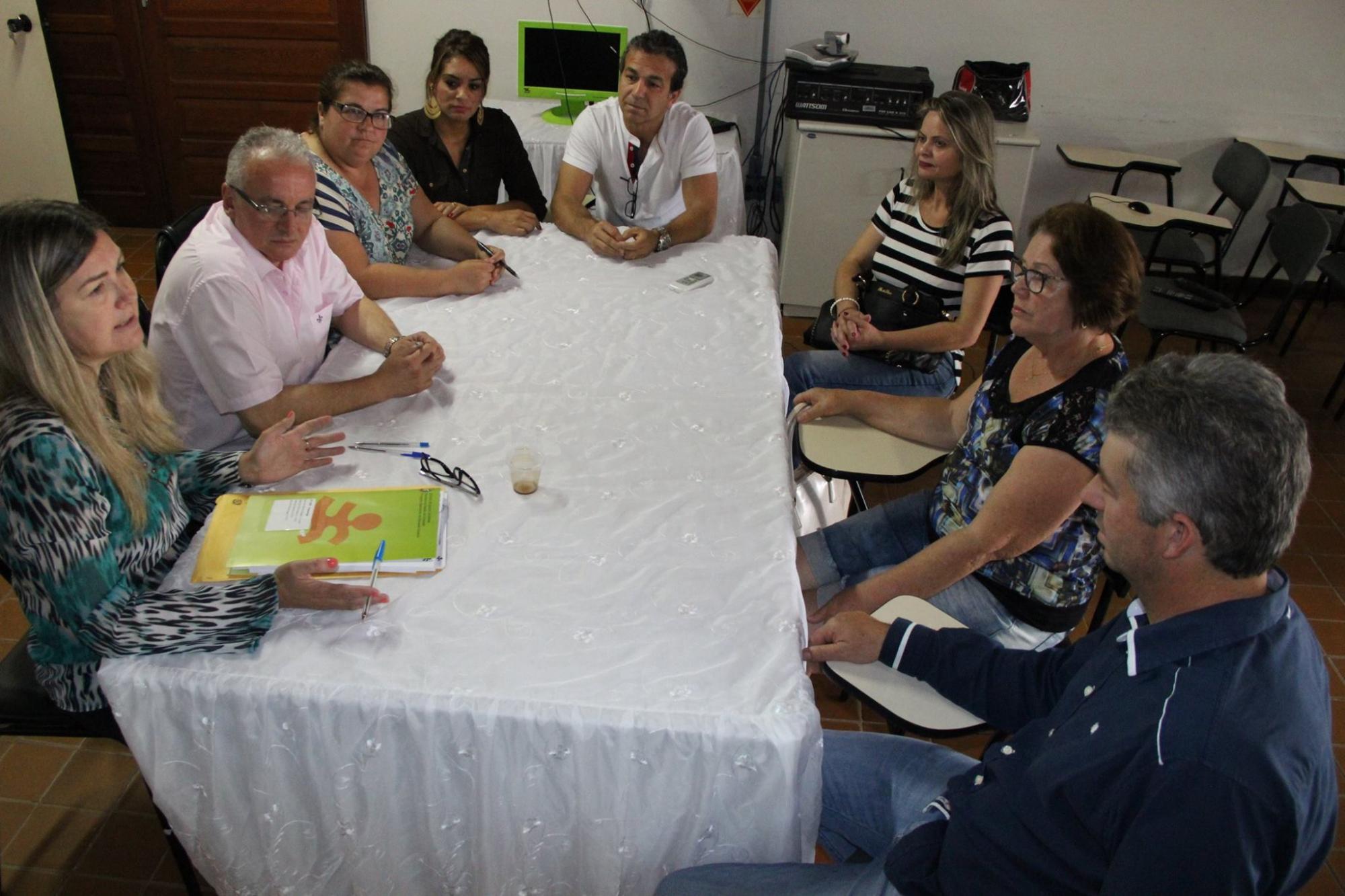 Fundação Catarinense de Educação Especial e ADR assinam termo de cooperação com Apaes