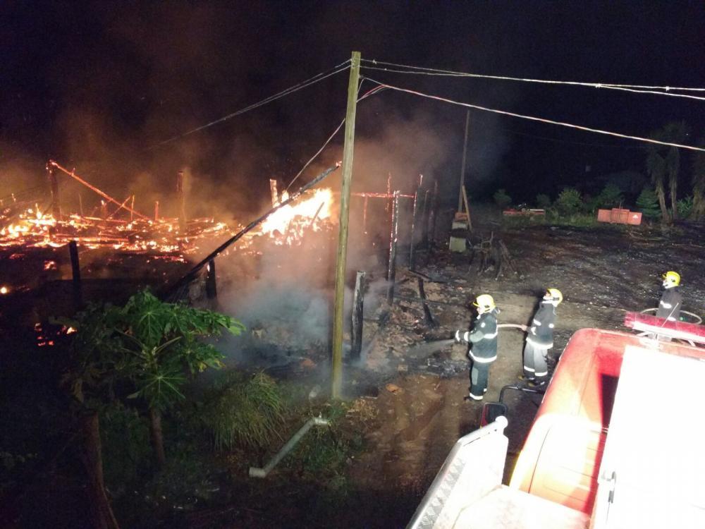 Galpão é destruído pelo fogo no interior de Aurora