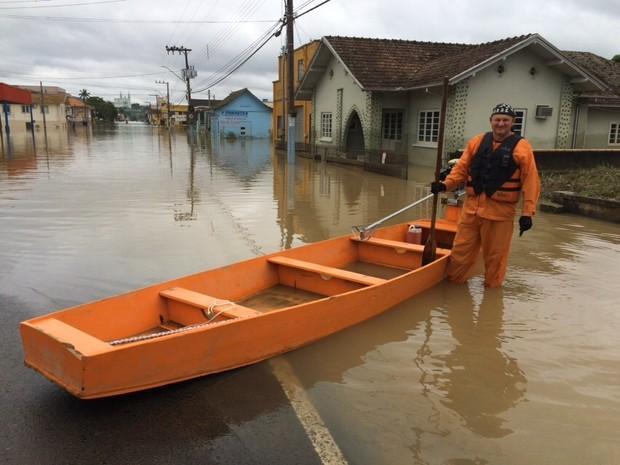 Grávida em abrigo entra em trabalho de parto e é removida de barco em Rio do Oeste
