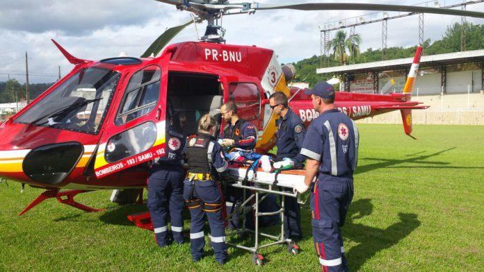 Helicóptero Arcanjo atende criança de dois anos que se afogou em rio, em Ibirama