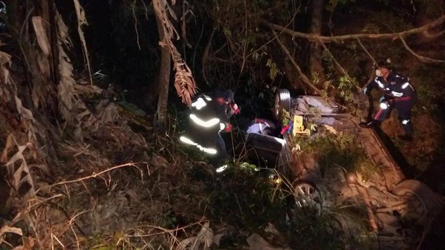 Homem morre após carro capotar e cair em córrego em Rio do Sul