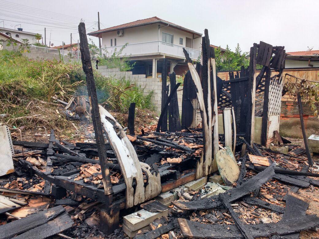 Incêndio destrói rancho em Ituporanga