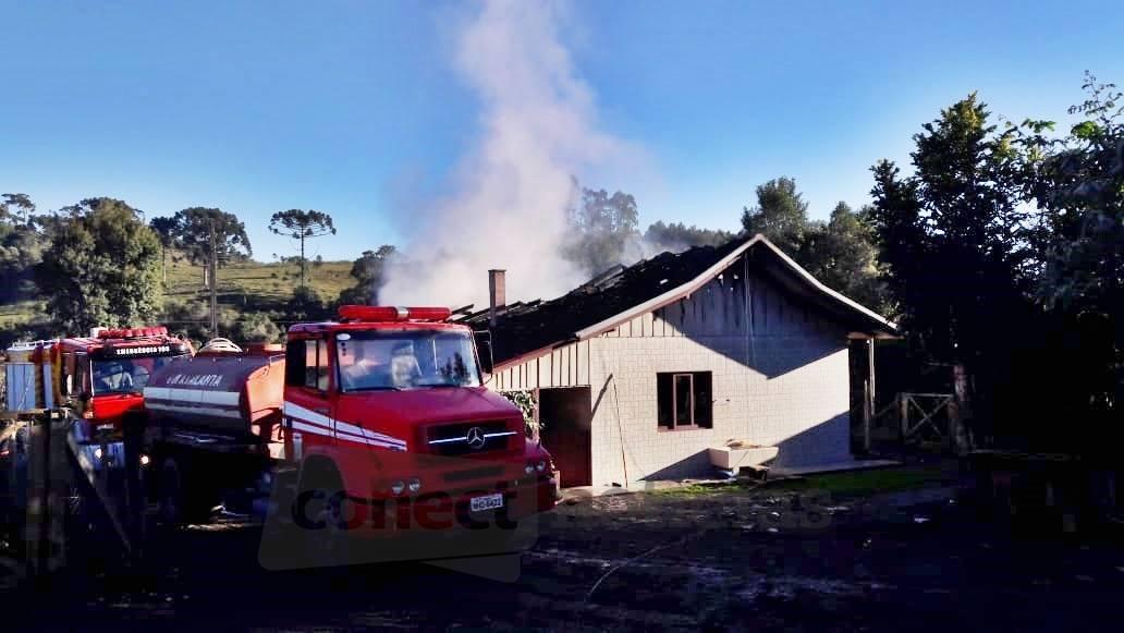 Incêndio destrói residência em Atalanta