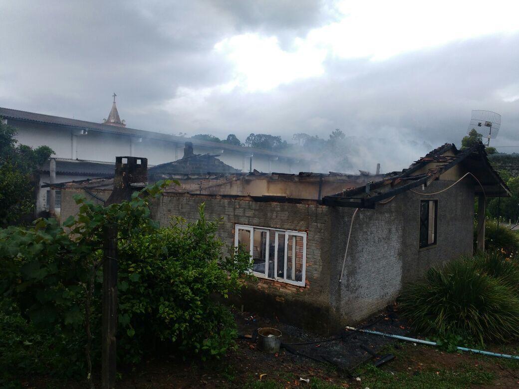 Incêndio destrói residência em Imbuia
