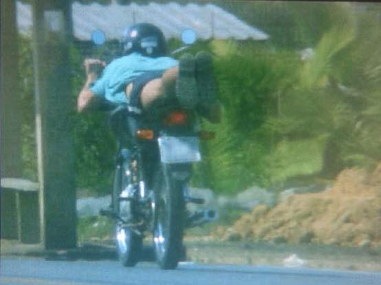 Motociclista é flagrado na BR-470 deitado na moto a 116 km/hora