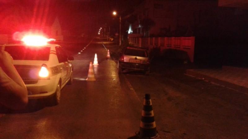 Motorista embriagado e com mandado de prisão ativo é detido pela polícia em Atalanta