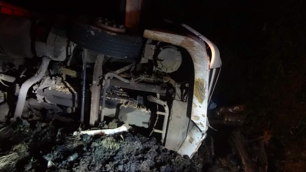 Motorista morre após carreta tombar na BR-470 em Pouso Redondo