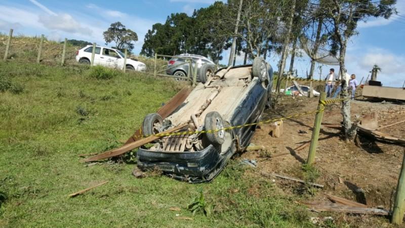 Motorista perde controle da direção e carro invade casa em Atalanta