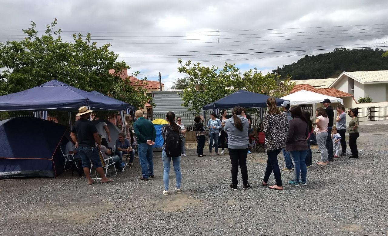 Pais já estão acampados aguardando vagas no Centro Educacional Bom Pastor, em Ituporanga