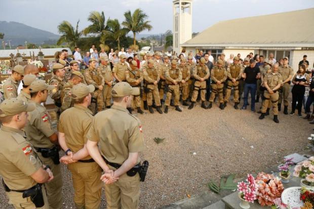 Policiais e bombeiros prestam homenagens ao PM morto em Guabiruba