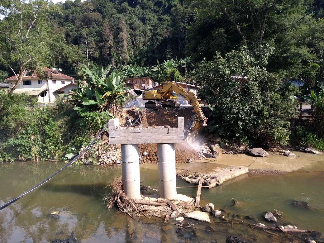 Ponte é demolida em Vidal Ramos