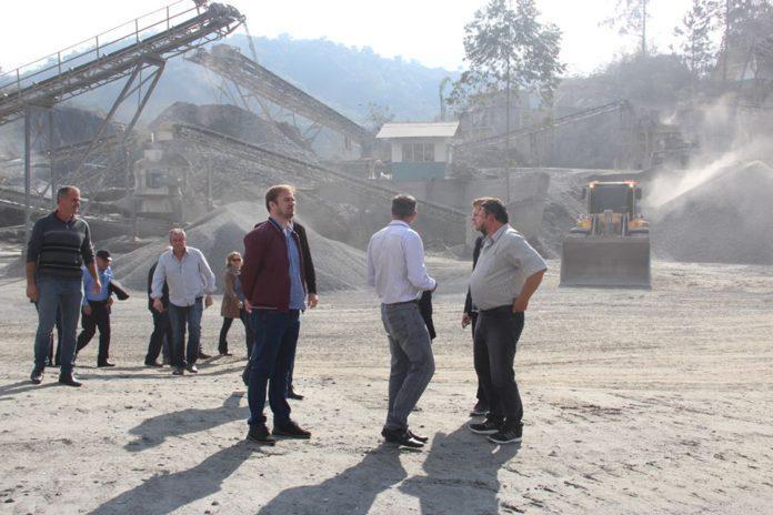 Prefeitos do Alto Vale conhecem usina de asfalto em Gaspar