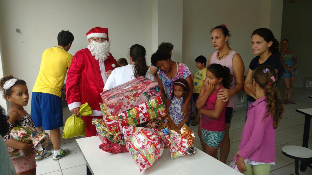 Presentes da campanha Papai Noel dos Correios são entregues a cerca de 70 crianças em Ituporanga