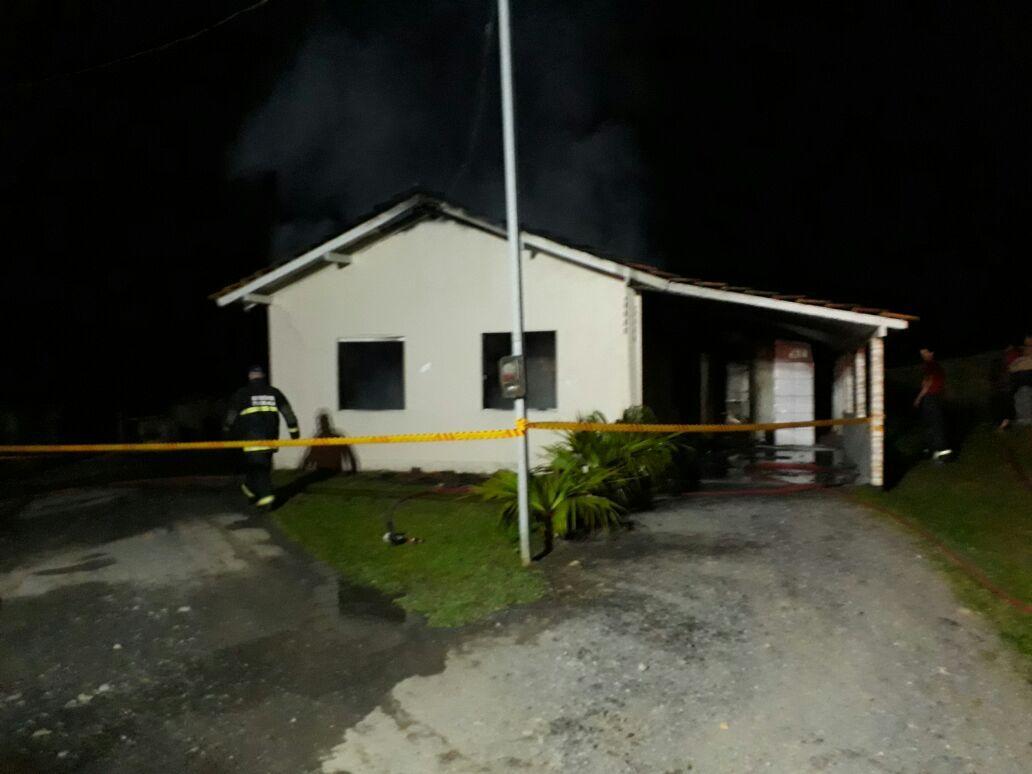Residência é destruída pelo fogo em Imbuia