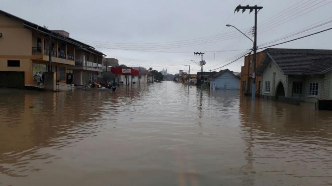 Rio do Oeste determina toque de recolher em função de enchente