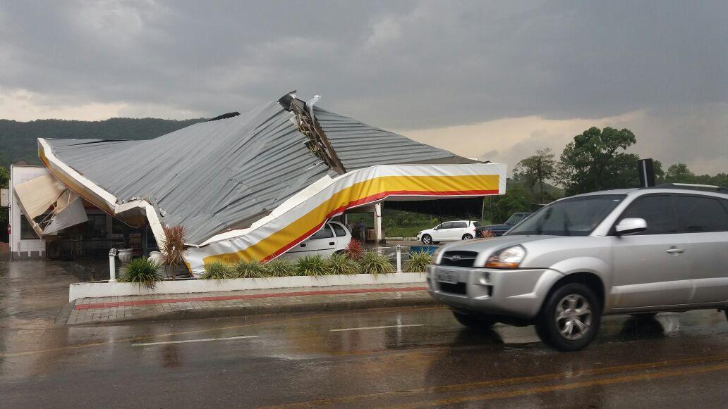 Rio do Sul é atingida por forte temporal; cobertura de posto de combustível ficou destruída