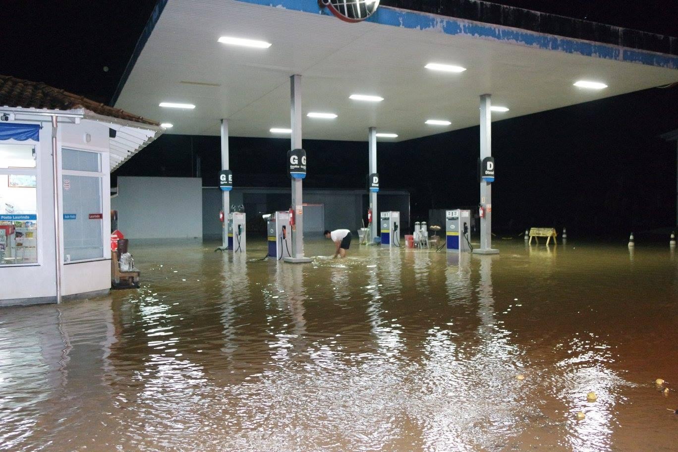 Enxurrada faz rio subir e água invade centro da cidade de Leoberto Leal