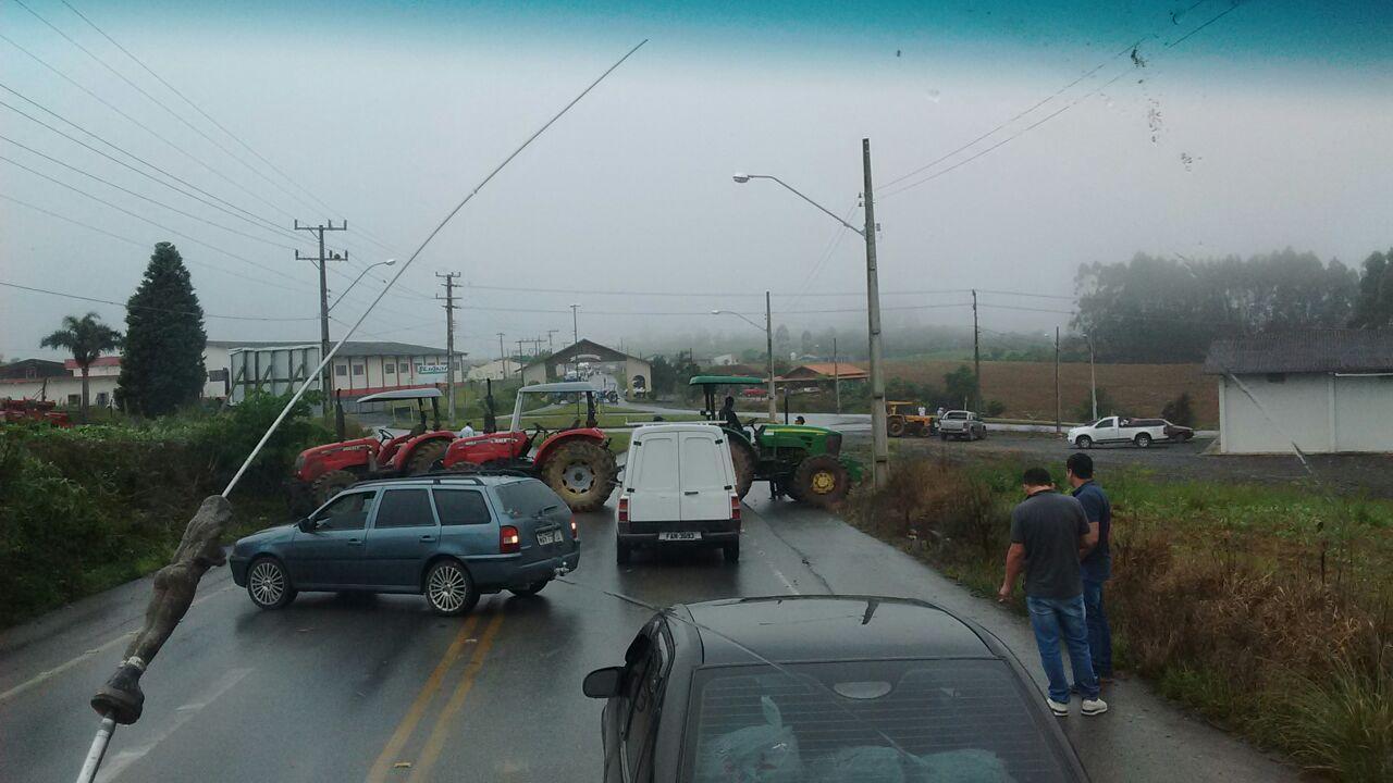 Rodovia de acesso a Imbuia e Vidal Ramos foi bloqueada na manhã desta quinta