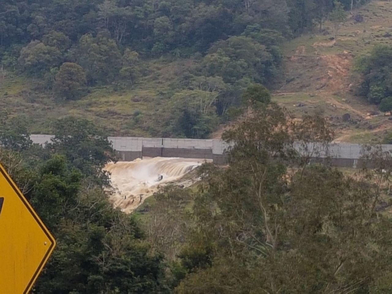 Rompimento de canal de usina causa estragos a residências em Taió