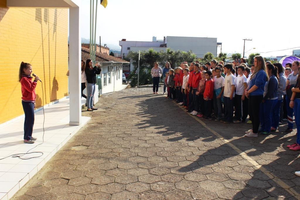 Semana da Pátria reúne alunos para homenagens, em Petrolândia