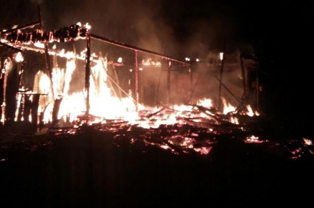 Suposto incêndio criminoso destrói casa em Laurentino, no Alto Vale do Itajaí