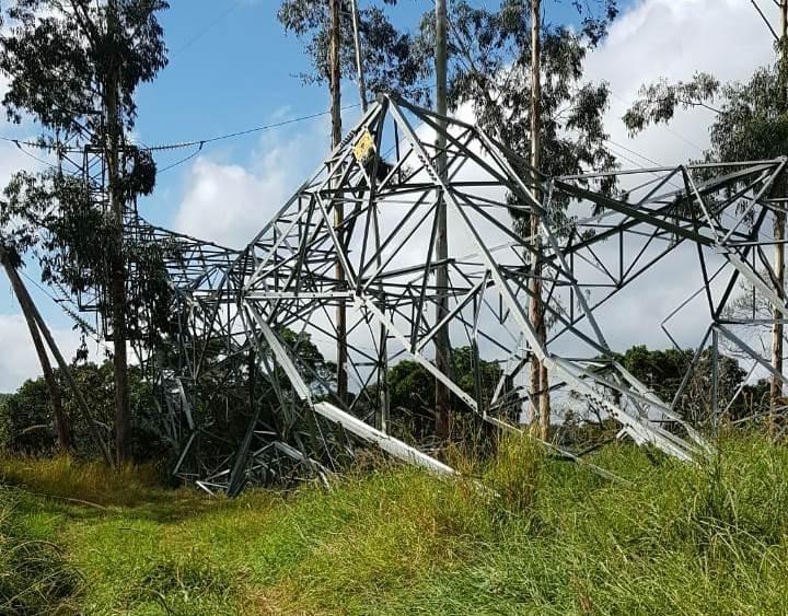 Torre de energia elétrica é derrubada no Alto Vale