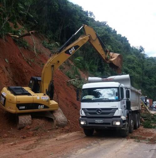 Trânsito flui de forma precária no km 114 da BR-470, em Ibirama