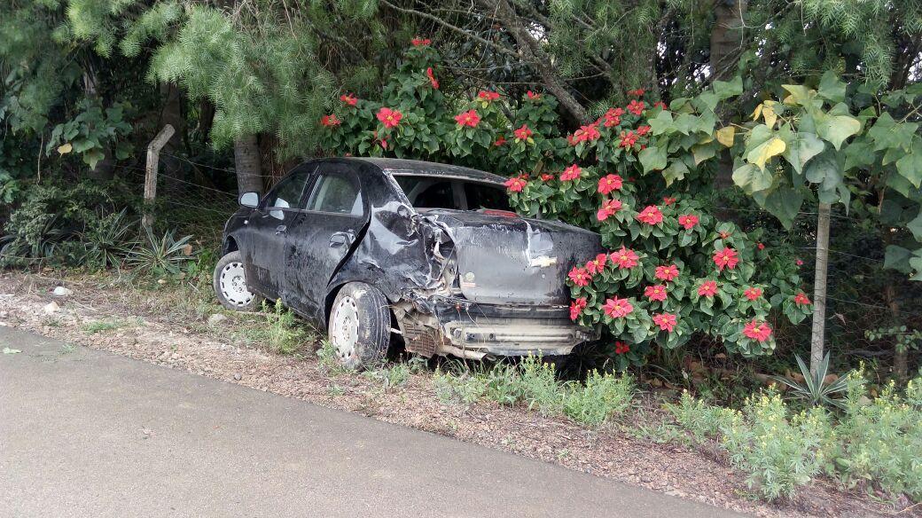 Veículo sai de pista e se choca contra árvore na SC-110 em Ituporanga
