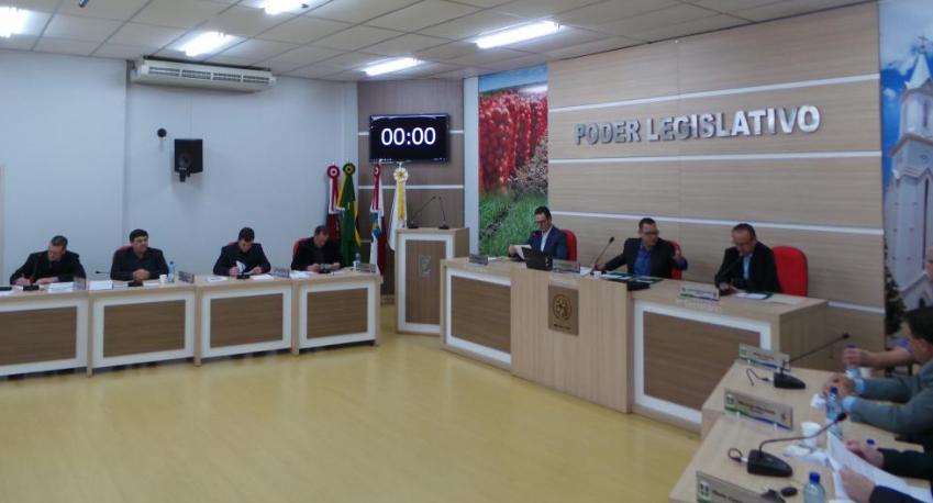 Vereadores de Ituporanga solicitam que seja regulado o tempo de passagem em semáforo no Centro do município