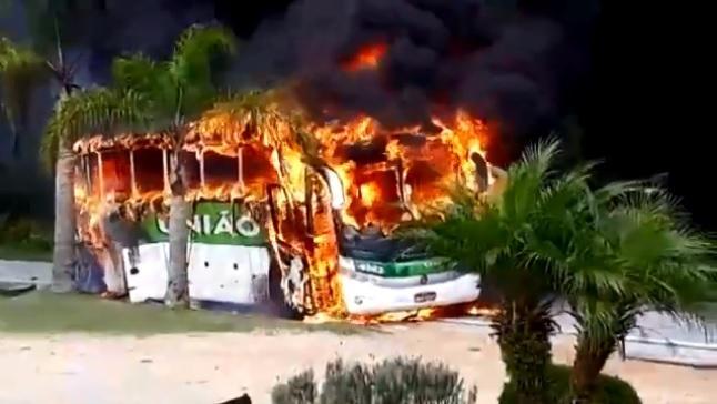 Ônibus pega fogo e complica trânsito na BR-282 em Rancho Queimado