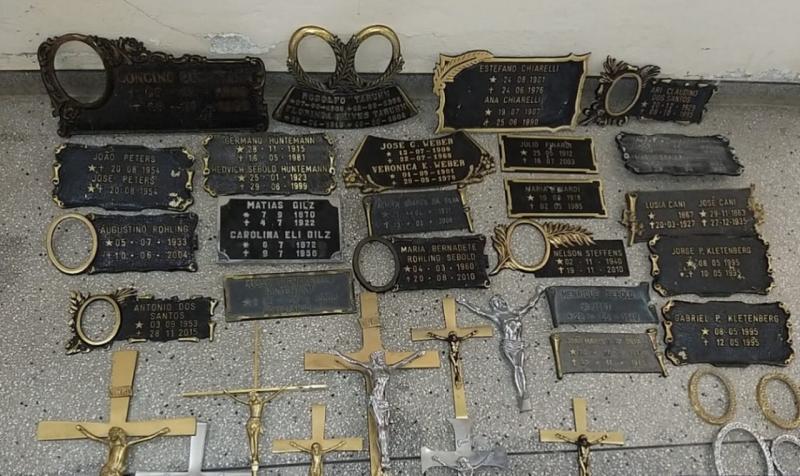 Polícia recupera crucifixos e lápides furtados de cemitérios no Alto Vale do Itajaí