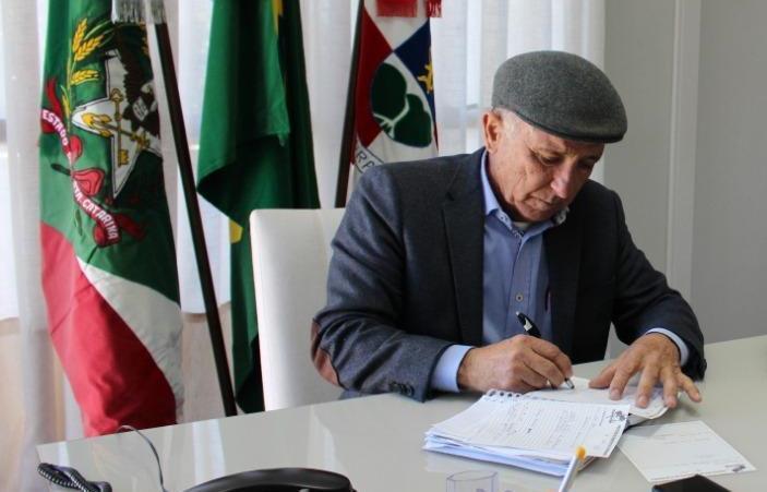 Prefeito de Ituporanga Gervásio Maciel comemora liberação de verba para projeto de pavimentação entre Petrolândia e a BR 282