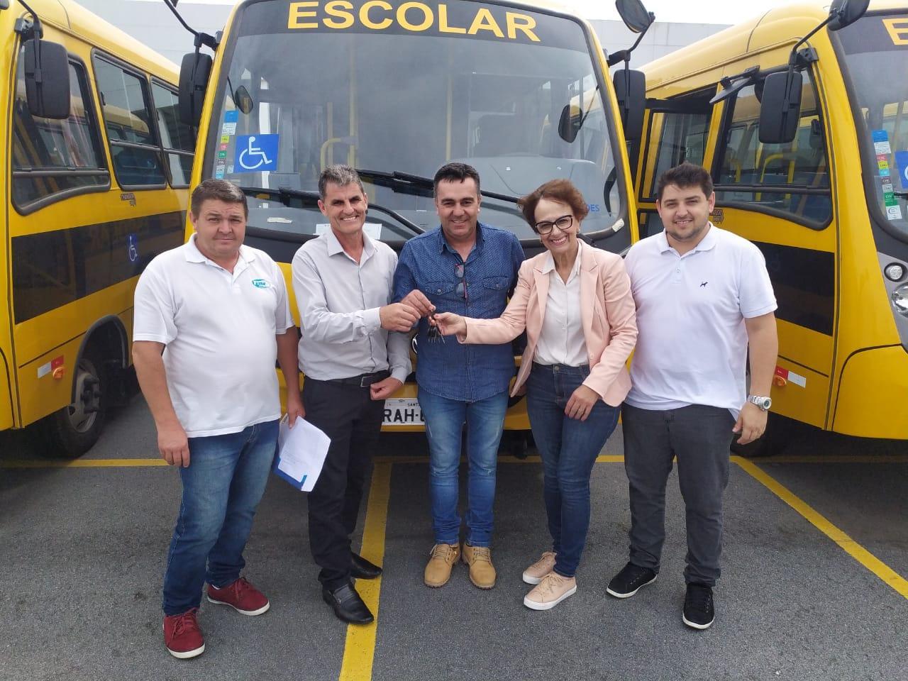 Prefeito de Vidal Ramos recebe ônibus novo para reforçar a frota do transporte escolar do município