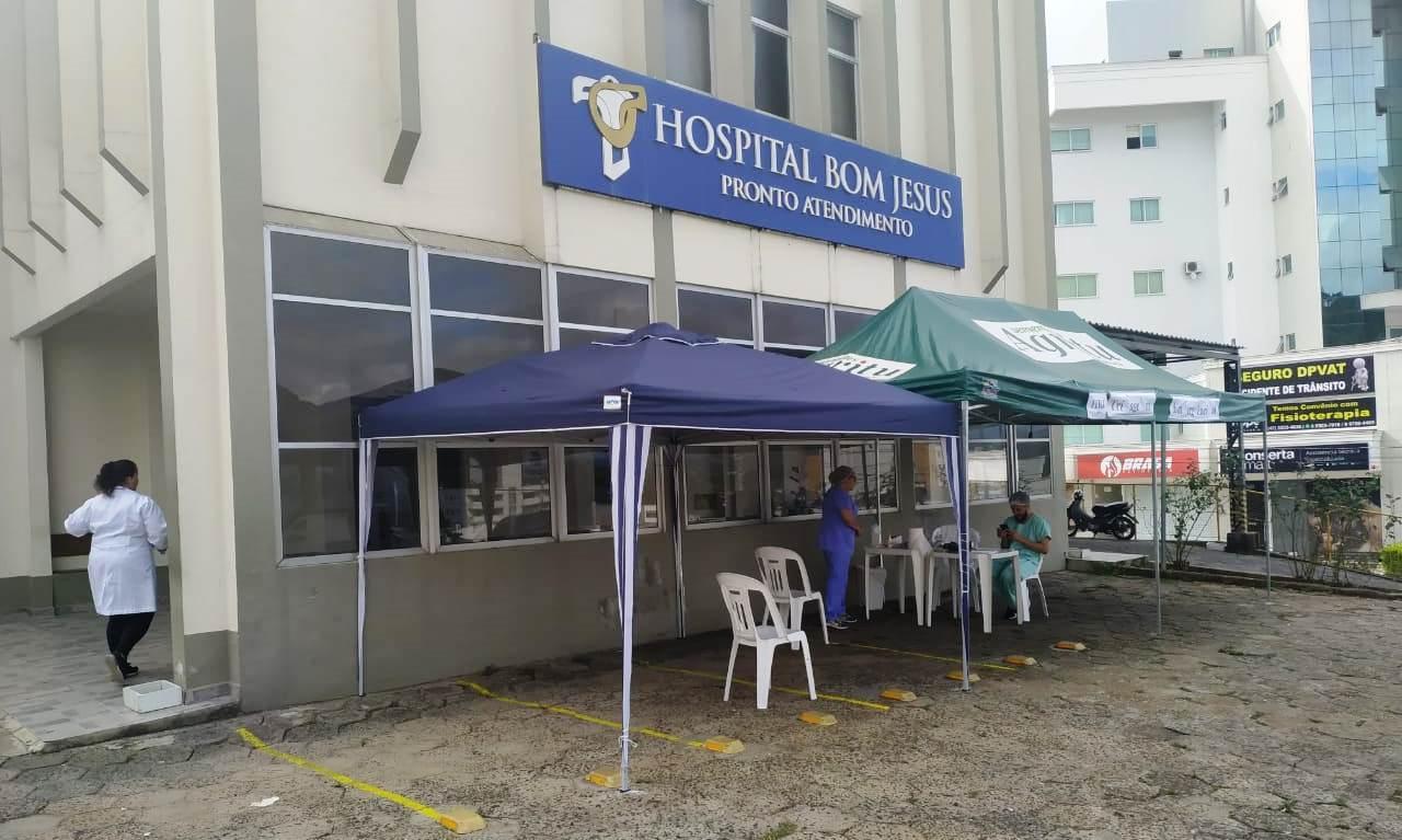 Prevenção: Tenda montada em frente ao lado do Hospital Bom Jesus faz triagem de pacientes em Ituporanga