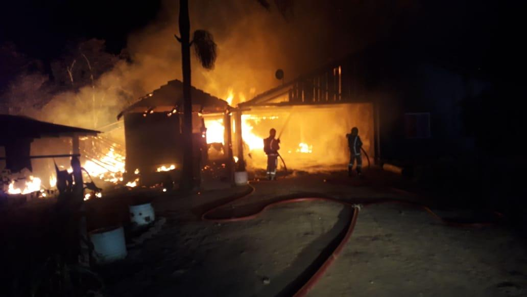 Quitinetes foram totalmente consumidas pelas chamas em Ibirama