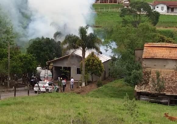 Residência é destruída por incêndio em Imbuia