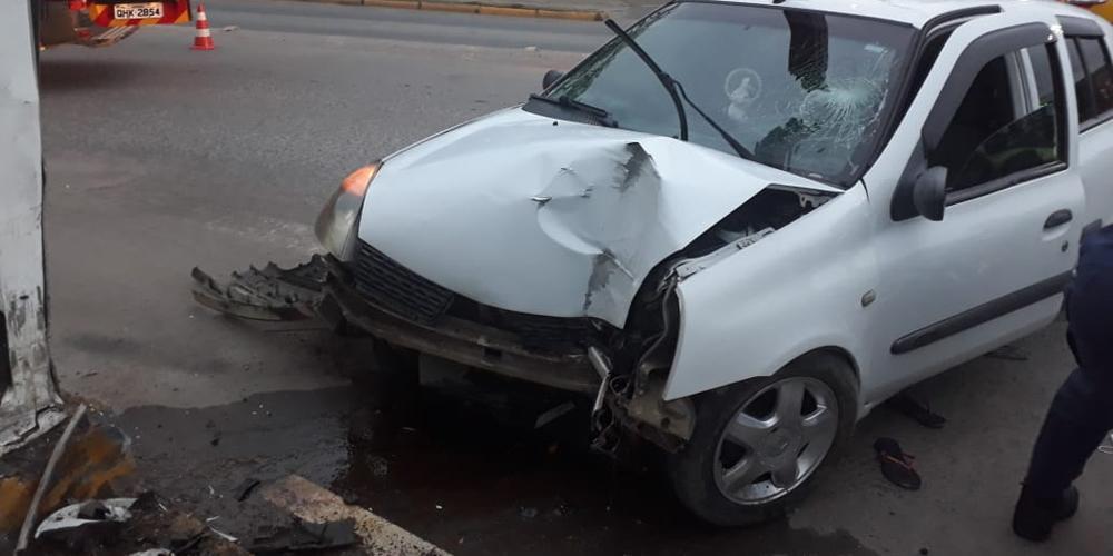 Veículo colide em portal e mulher fica gravemente ferida