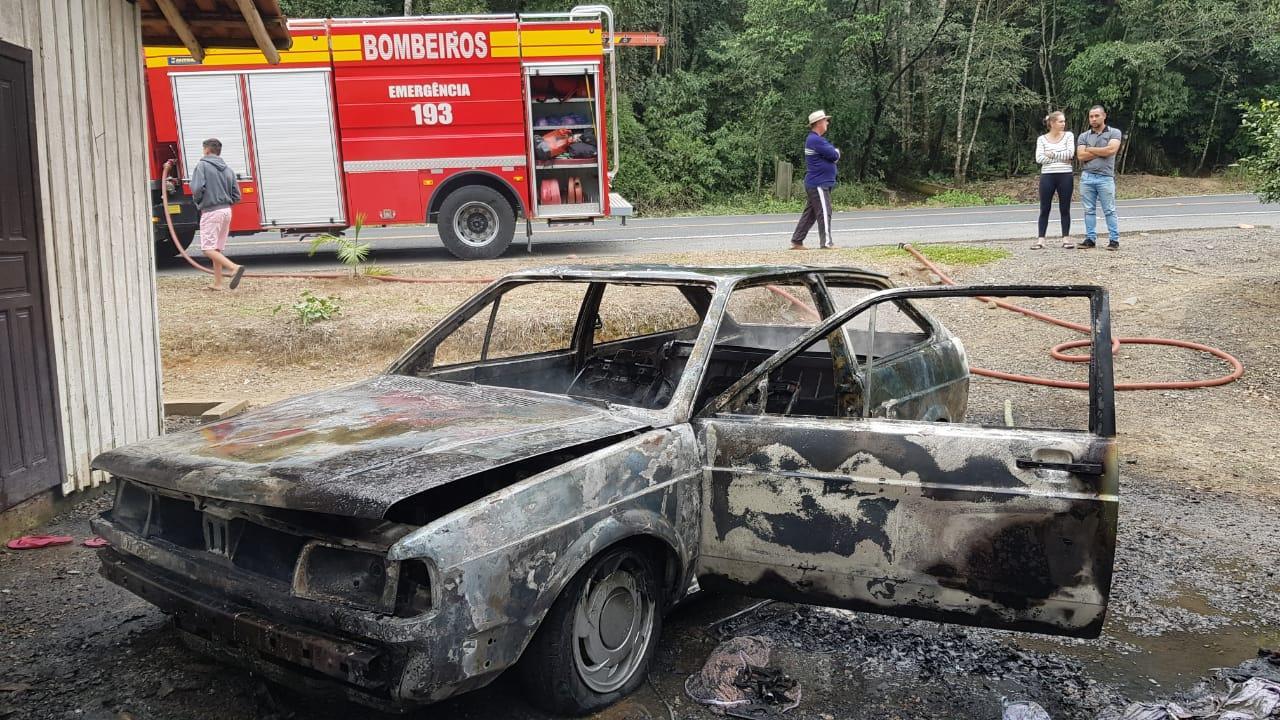Veículo é destruído pelo fogo em Aurora