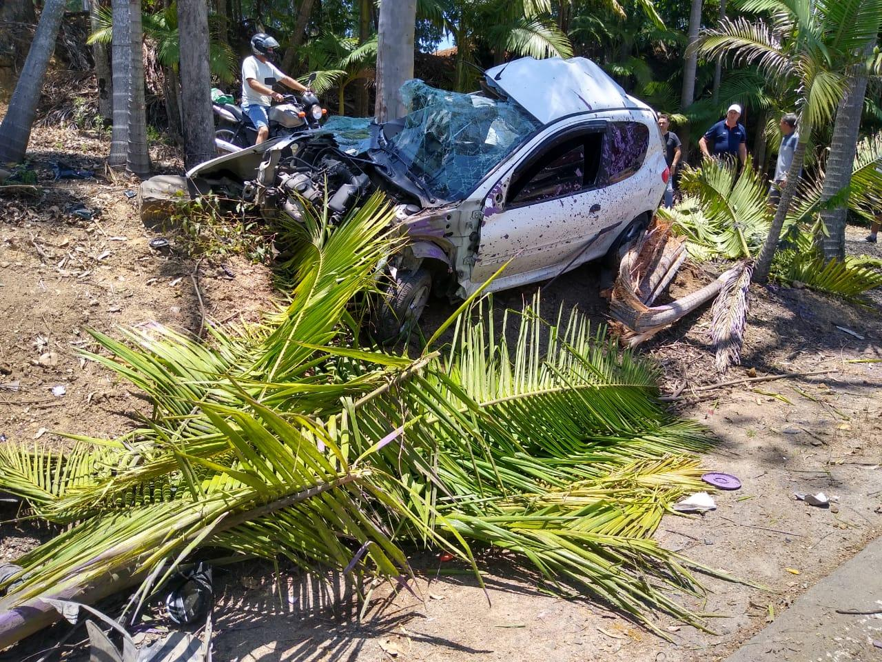 Veículo sai de pista e bate em árvores no Cerro Negro em Ituporanga