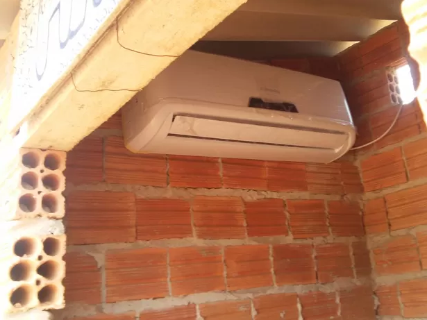 Ar condicionado foi instalado em uma casinha de cachorro (Foto: Arquivo Pessoal)