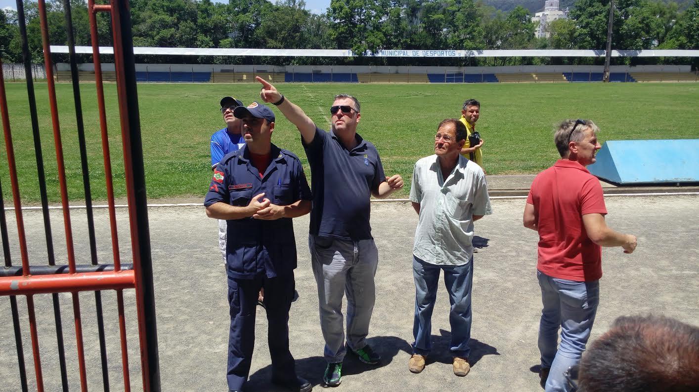 Bombeiros fazem vistoria em estádio (Foto: Daniel dos Santos)