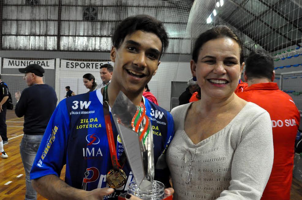 Capitão de Rio do Sul recebe troféu de Campeão (Foto: Divulgação)