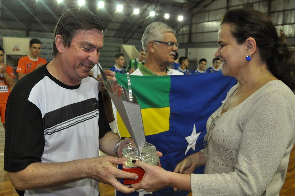 Dirigente de Lages recebe troféu de campeão geral da prefeita de Lontras (Foto: Divulgação)