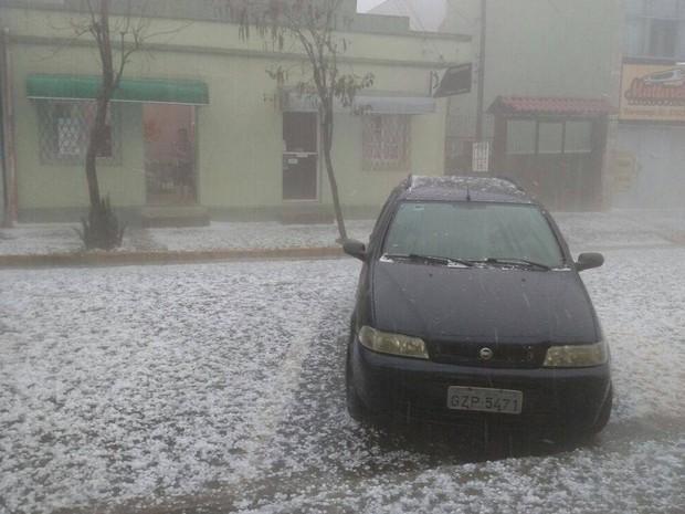 Em Osório, granizo tomou as ruas (Foto: Igor Amora)