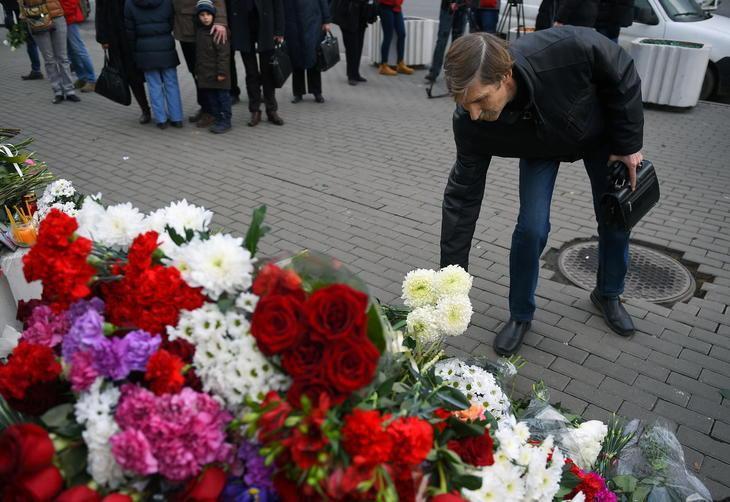 Homem leva flores em frente à Embaixada da França em Moscou - 14/11/2015 - Foto: DMITRY SEREBRYAKOV/