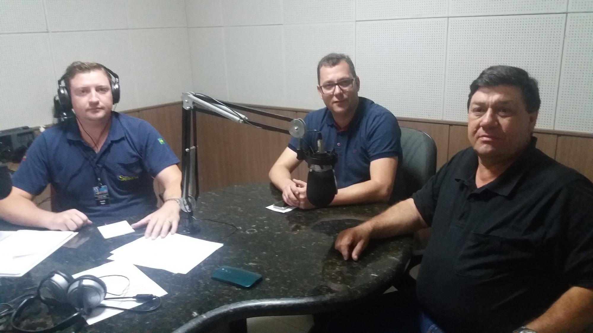 Josué Eger (e), o prefeito em exercício Adriano Coelho (c) e o vereador Édio Fernandes