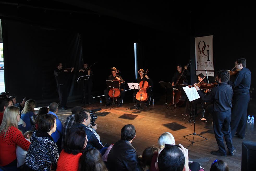 Orquestra de Cordas da Ilha embaixo da ponte Curt Hering (Foto: Tiago Amado)