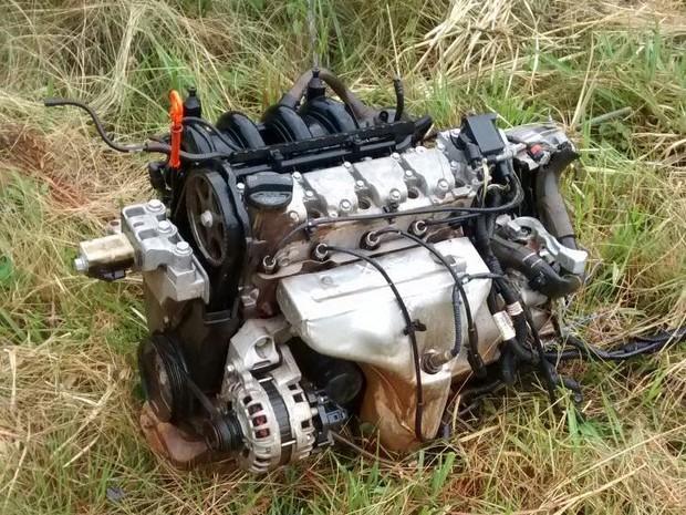 Parte de motor de veículo foi arremessado para fora (Foto: PRF/Divulgação)